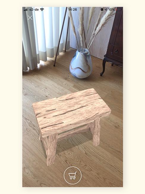 Houten kruk in woonkamer op houten vloer