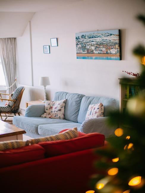 Romantische decoratie in pastelkleuren van lichtblauwe bank en kussens