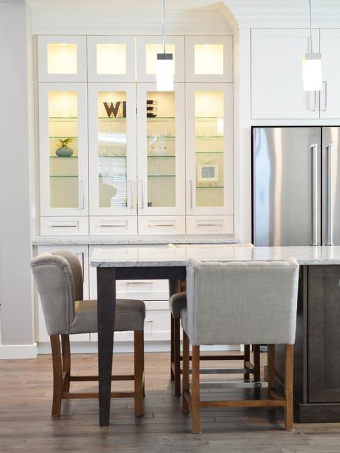 Woonkamer in minimalistische stijl met tafel en stoelen