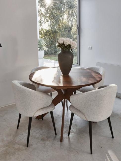 Zitgedeelte donkere houten tafel met lichte stoelen