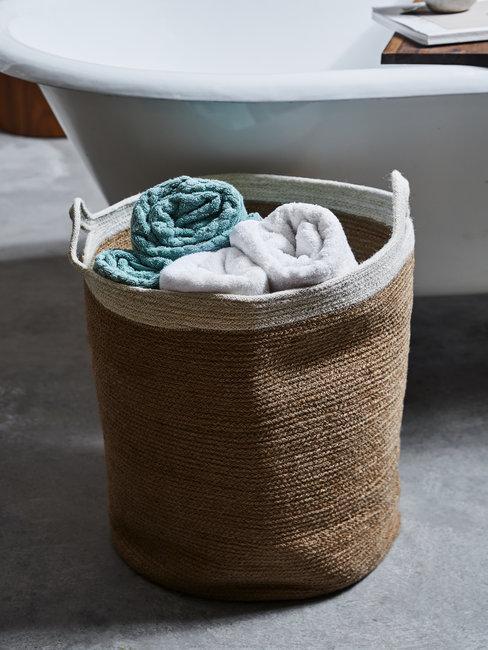 mand met handdoeken voor bad