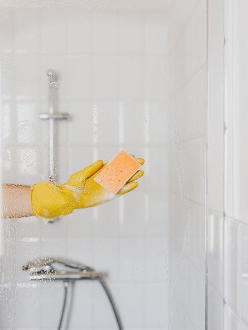 douche wassen met spons in gele handschoenen