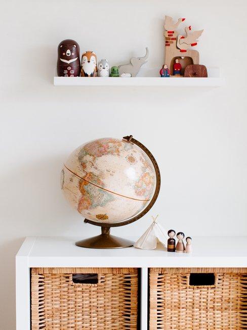 Kast met manden met daarop een wereldbol en speelgoed + wandrek met speelgoed erboven