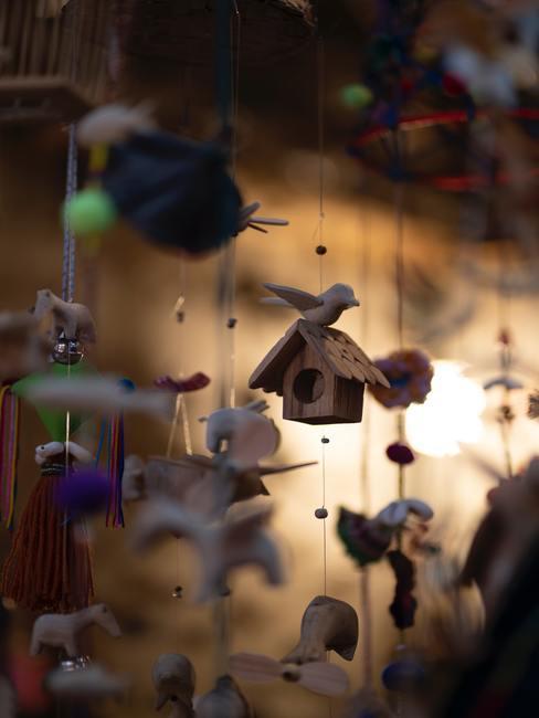 Babykamer hout: houten decoratie met een muziekdoos in boho stijl