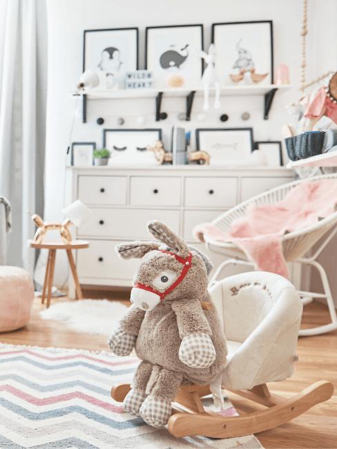 Complete babykamer in wit en roze met fauteuil, ladekast, schommeldier, vloerkleed en accessoires