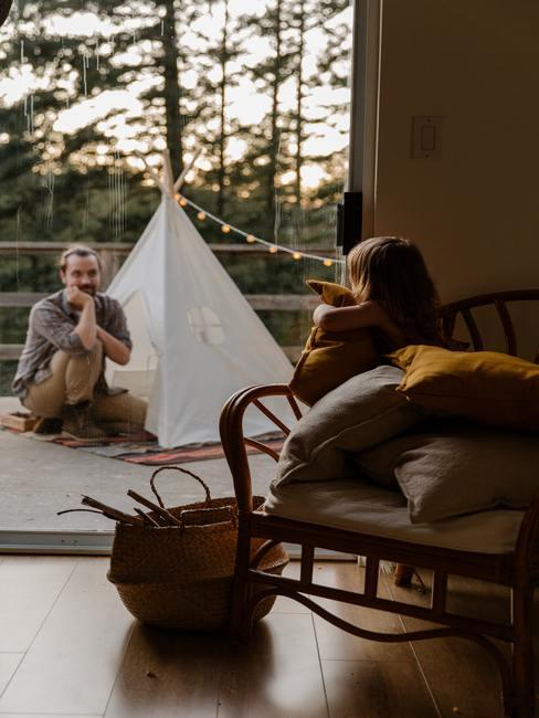Kleine babykamer: kinderkamer met balkon met tipi