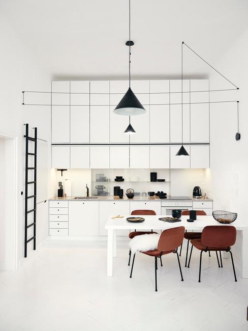 Biała, wysoka kuchnia w stylu minimalistycznym połączona z miejscem do jedzenia