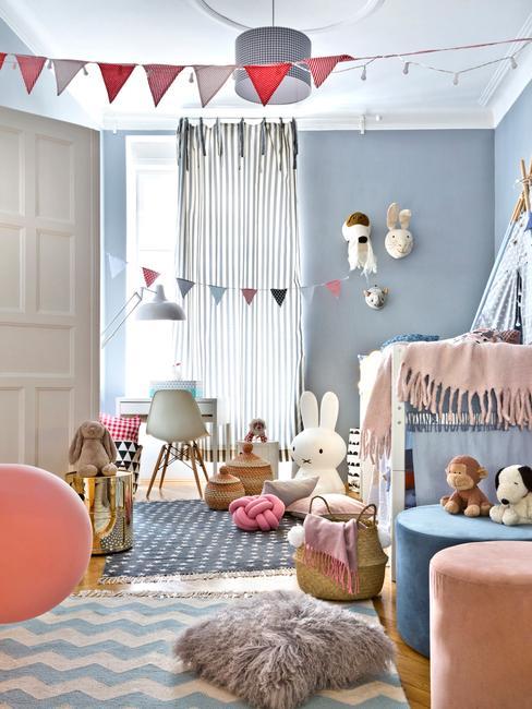 Niebieski pokój dziecięcy z łóżkiem, zabawkami i dekoracjami