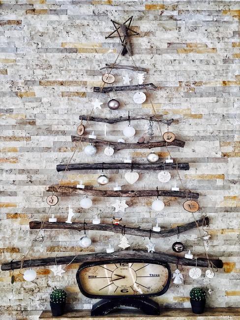 Biała ściana z cegły na której wisi dekoracja świąteczna
