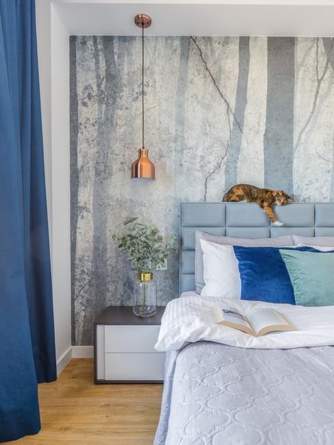 Sypialnia ze ścianą z subtelną fototapetą, urządzona w odcieniach niebieskiego. Zdjęcie z bloga Prosty Plan.