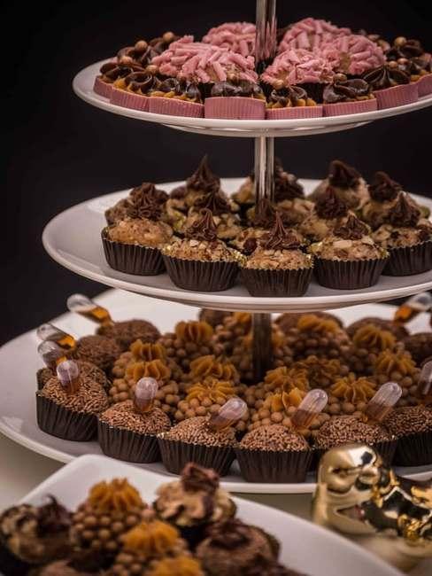 Patera ustawiona na stole na któej znajdują się czekoladowe babeczki