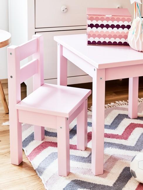 Stolik i krzesło dla dzieci w kolorze różowym