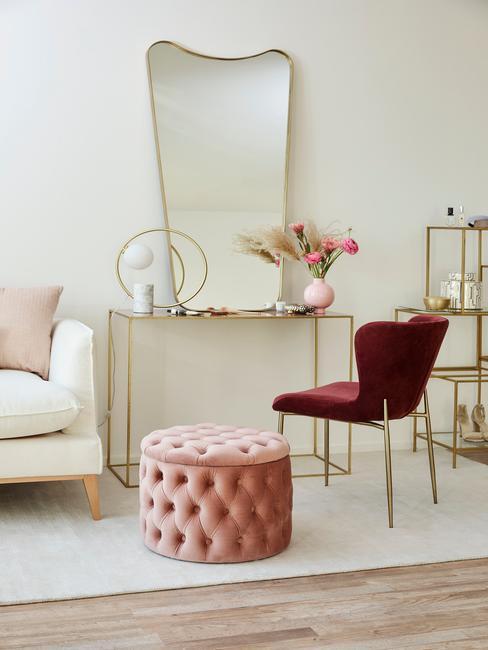 Fragment salonu z białą sofą, stolikiem z lustrem, krzesłem oraz pufem w kolorze millenial pink