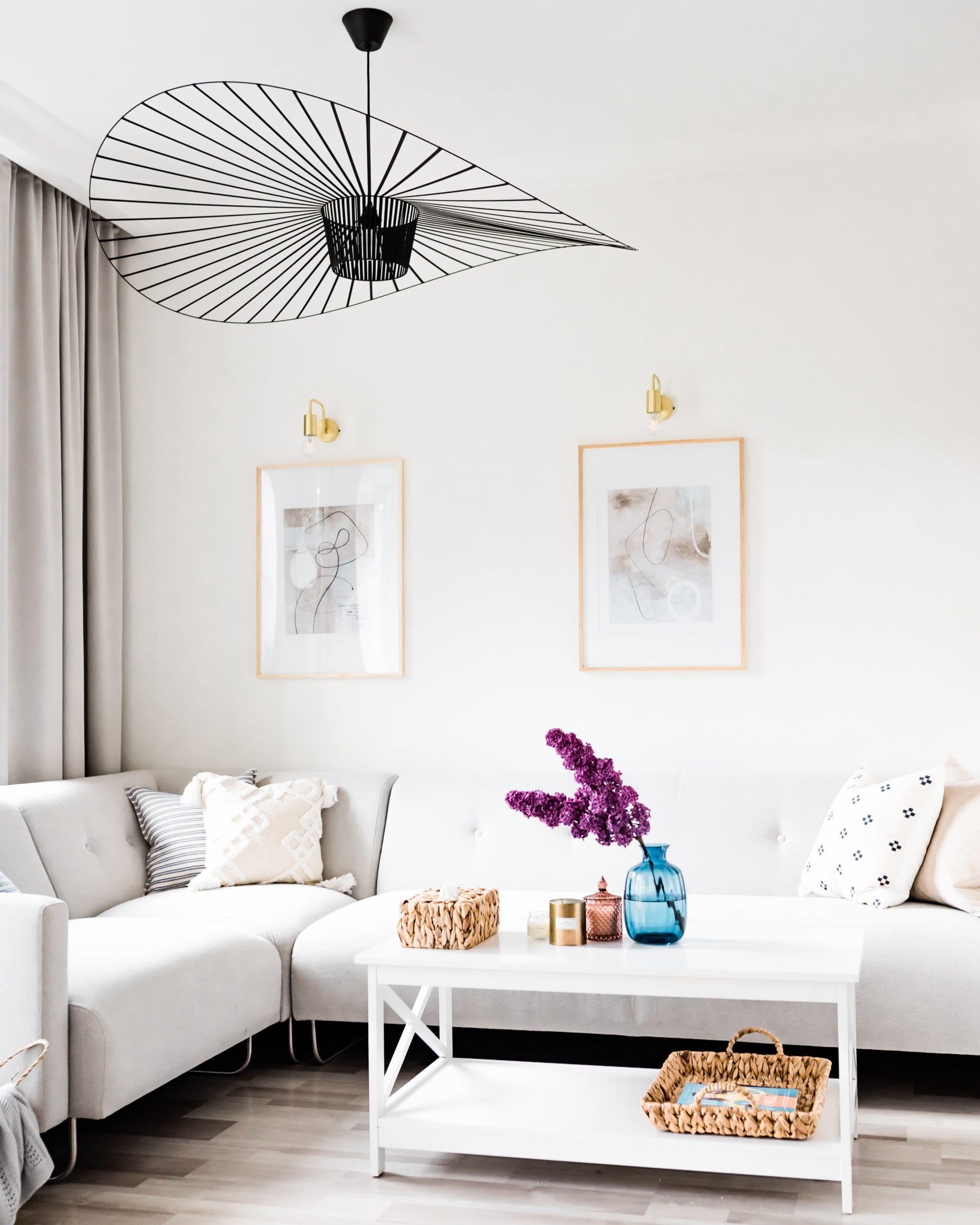 Biały salon urządzony przez blogerkę Agnieszkę Kudelę