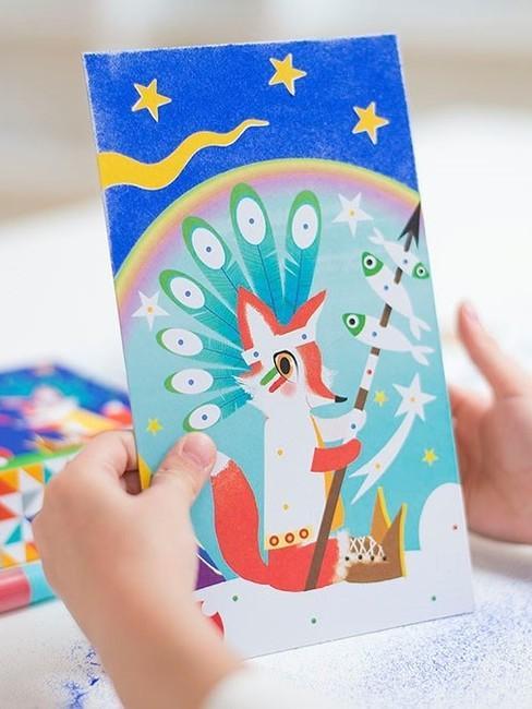 Dziecko trzymające obrazek
