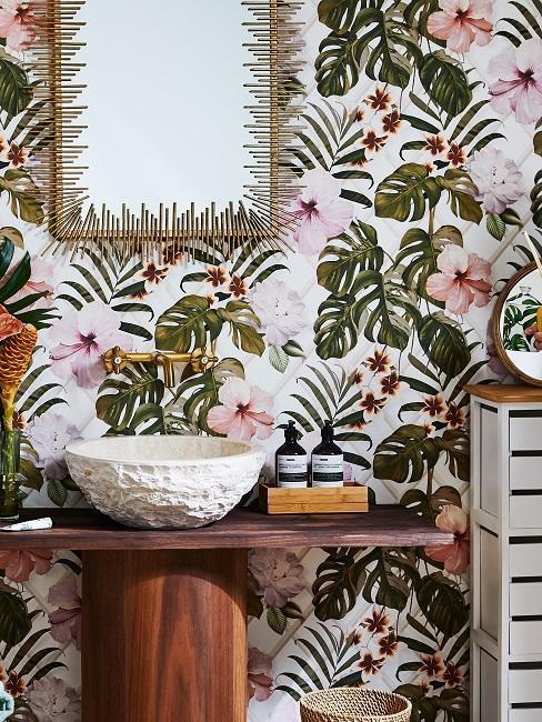Łazienka z kolorową tapeta oraz blatem wykonanym z drewna