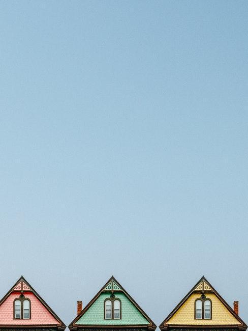 Trzy domy z różnymi kolorami elewacji