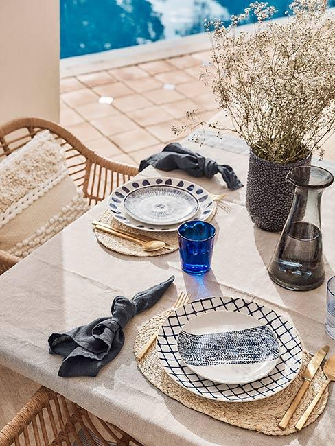 Stół zastawiony w stylu śródziemnomorskim