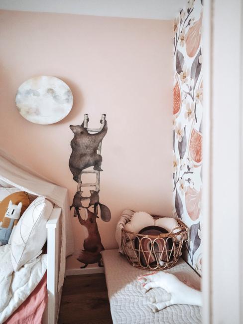 Zbliżenie na naklejkę oraz tapetę w pokoju dziecka