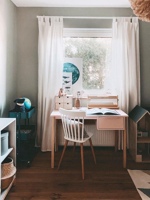 Fragment pokoju dziecka z biurkiem z krzesłem oraz akcesoriami