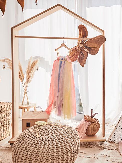 Garderoba dla dziewczynki z kolorową sukienką