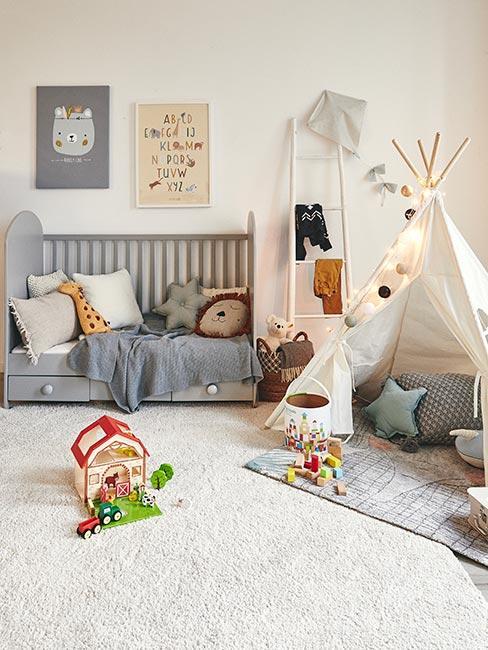 Pokój dla dziecka z tip i szarym łóżeczkiem