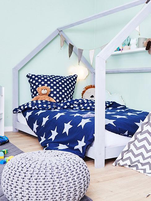 Łóżko dla chłopca z niebieską pościelą
