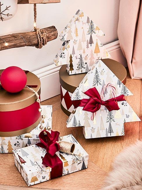 Prezenty świąteczne opakowane w pudełka w kształcie choinki