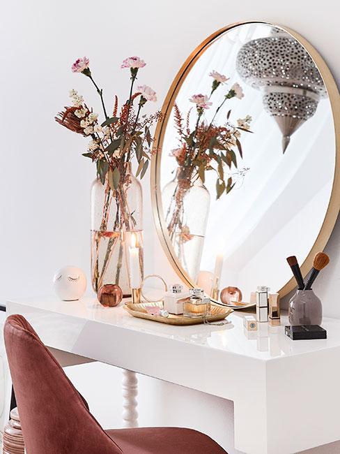 Toaletka w stylu glamour w łazience