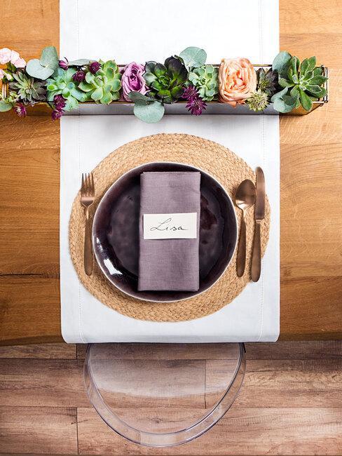 własnoręcznie wykonane szklane terrarium na sukulenty jako dekoracja stołu