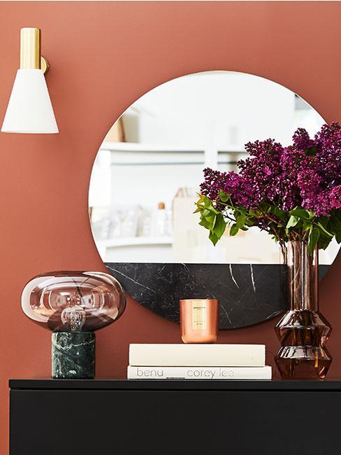 Komoda z okrągłym lustrem i lampą z marmuru