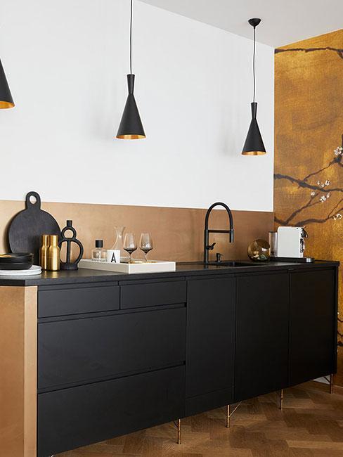kuchnia z czarną komodą i złotymi akcesoriami