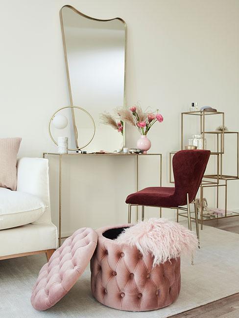 Toaletka ze złotym lustrem i różowym aksamitnym krzesłem