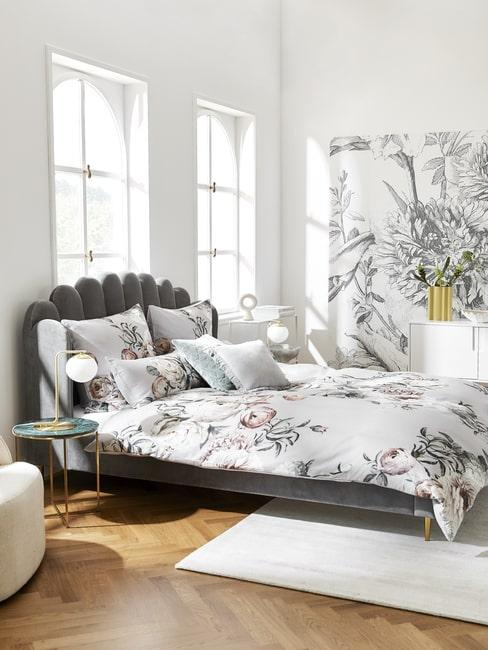 Jasna sypialania z łóżkiem z aksamitu i motywami kwiatowymi