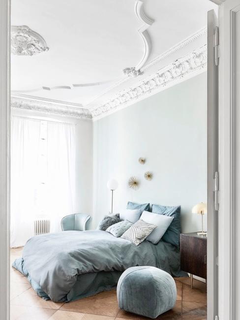 dormitorio con una cama grande y techo alto