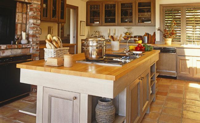 Tradycyjne meble kuchenne z barkiem