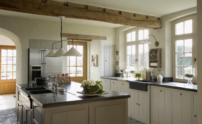 Meble kuchenne kremowe w kuchni w stylu angielskim