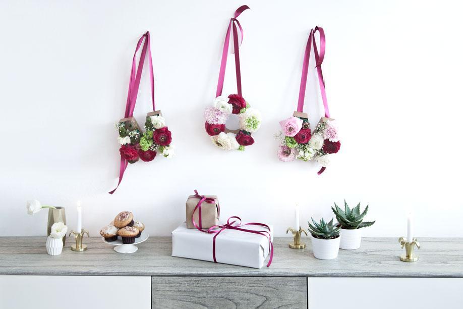 An der Wand über Geschenken hängen DIY florale Buchstaben