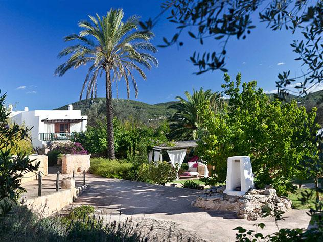Tanto en el interior como en el exterior destacan sus muros de piedra y rocas que se integran en el paisaje y en la casa