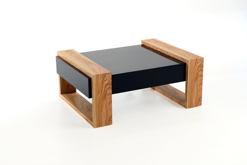 Il tavolino di Di-SEGNO+ è interamente realizzato a mano e Made in Italy. Porta nel living il profumo del Sud d'Italia, grazie alla componente in pregiato legno d'ulivo, simbolo indiscusso della Puglia.