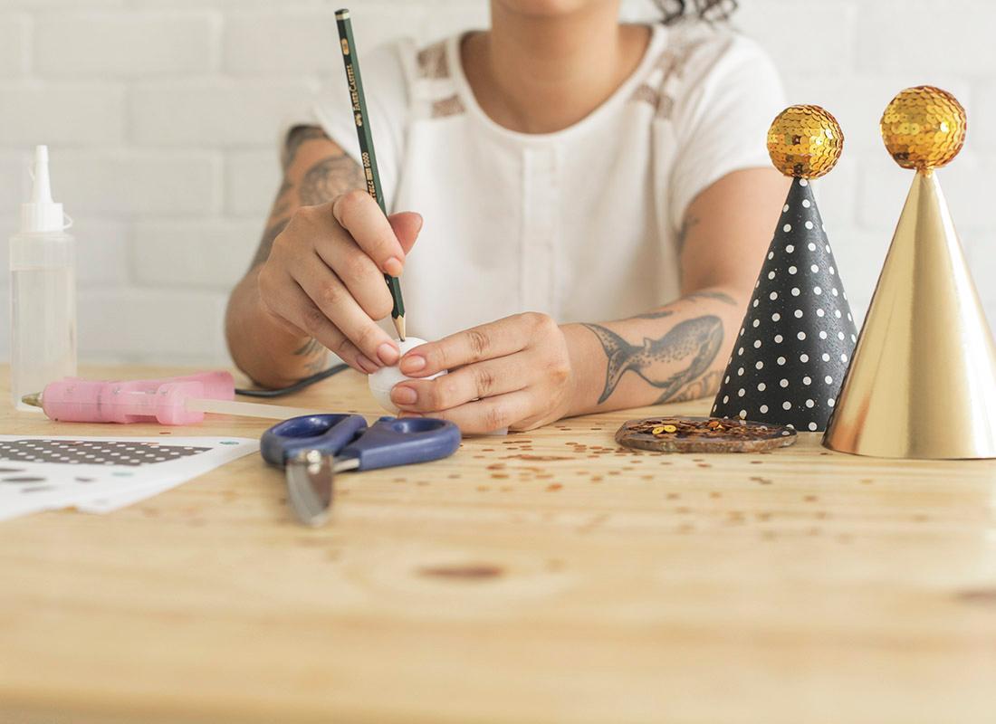 1. Haz un orificio con con el lápiz.