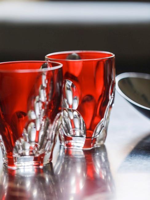 Nahaufnahme zweier roter Gläser