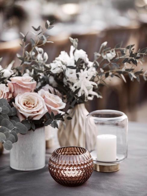 Kerzendeko auf Tisch mit Blumen