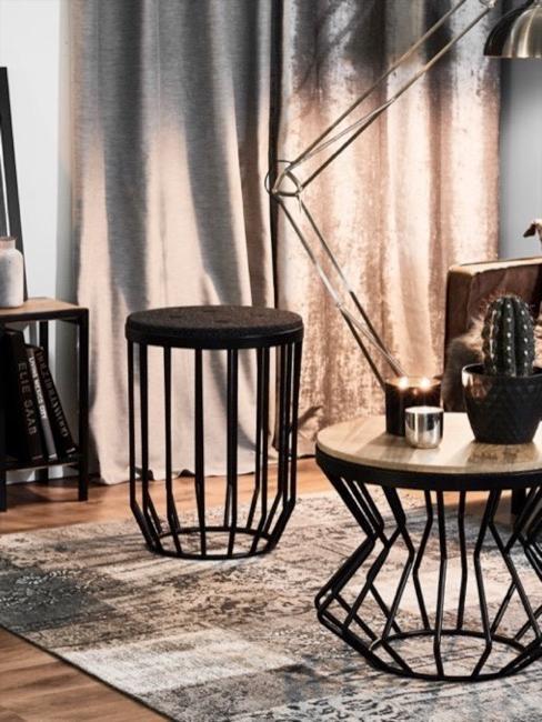 Dwa sparowane stoliki boczne na dywanie