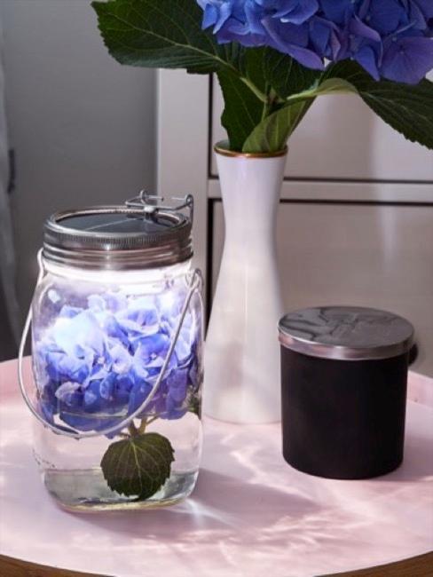 Bocal en verre avec des fleurs bleus
