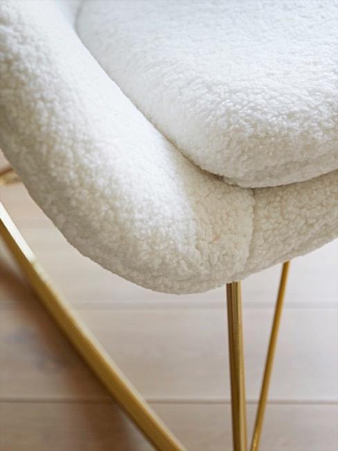 Zbliżenie na fotel wykonany z futra teddy