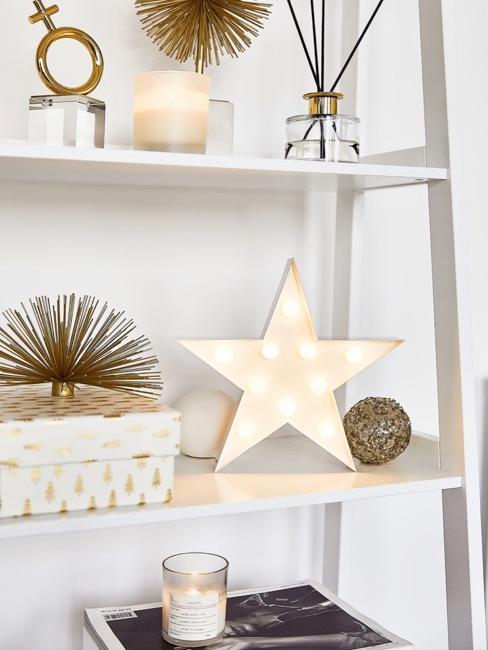 decoración de invierno en una estantería