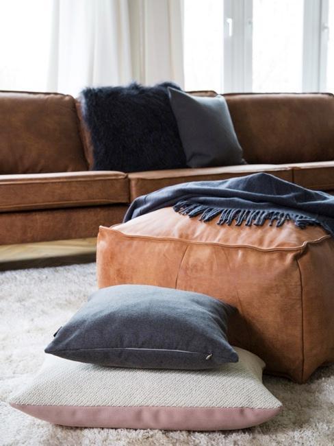puf de color marrón con cojines de varios colores