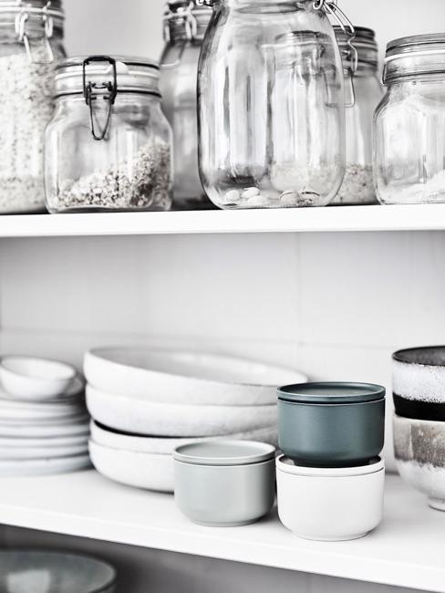 estantes de la cocina con vajilla y botes en blanco y gris
