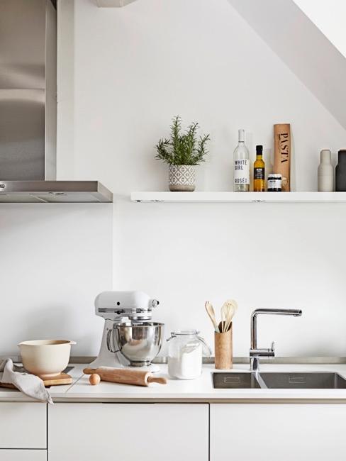 cocina blanca con accesorios de cocina y un estante decorativo